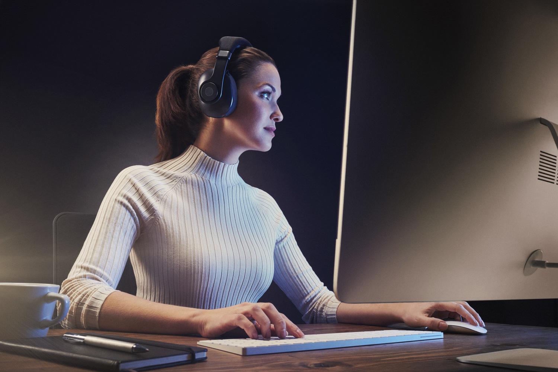 Eno_Woman_Desk